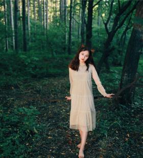 95后美女,森林里拍摄写真