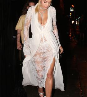 女歌手瑞塔·奥拉镂空长裙,一览无遗