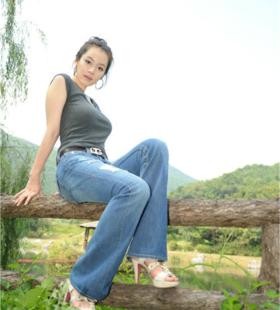 美女模特公园摆拍,T恤牛仔尽显傲人身材