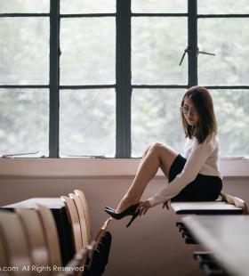 性感美女教师许诺Sabrina高跟美腿无比诱人图片