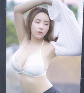 大胸性感美女脱衣服户外写真图