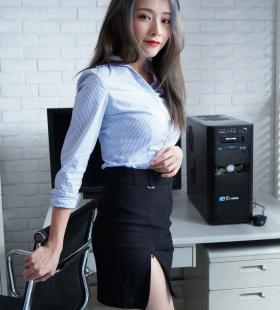 台湾美女模特萧卉君上演美女秘书制服诱惑写真