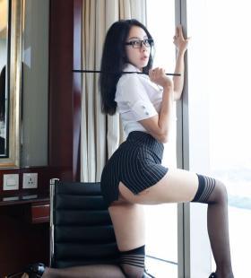 性感美女秘书松果儿Victoria前凸后翘半露美臀诱惑写真