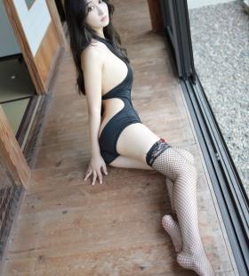 性感纹身美女Betty林子欣黑丝网袜半露美胸私房诱惑写真