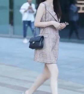 街拍视频:美女小姐姐气质出众身后小哥偷偷拍照