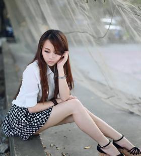 清纯美女户外短裙写真甜美迷人图片