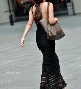 黑色低胸长裙性感美女街拍图片