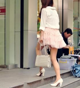 粉色超短裙美少女诱人街拍图片