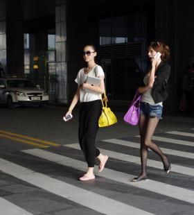 打电话的性感美女黑丝美腿写真图片