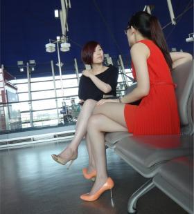 机场里的两位超短裙高跟鞋美女图片
