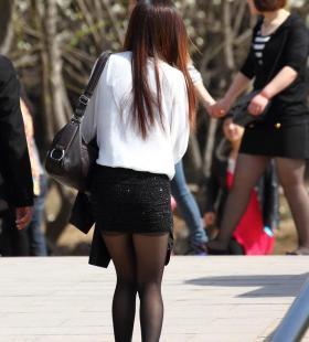 性感美女黑丝美臀钻石短裙背影美照