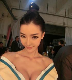 性感巨乳美女李颖芝爆乳露胸古装造型自拍写真图片