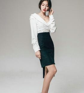 韩国厚嘴唇美模职业装简约时尚裸露雪白酥胸写真图片