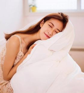 韩国蕾丝美女吊带酥胸性感睡衣美女图片