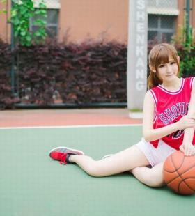 打篮球的美女校花清纯可爱高清户外壁纸图片