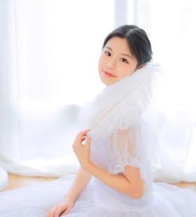 白裙美女高贵气质优雅室内写真大全