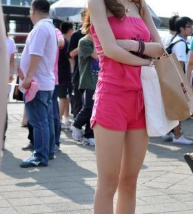 红衣短裤美女高清唯美街拍图片大全