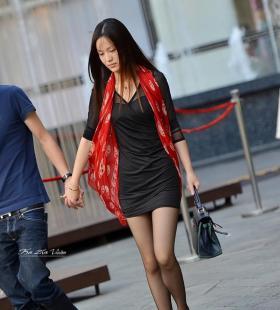 黑丝旗袍美女红色高跟鞋气质十足街拍图片