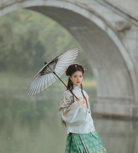 拱桥上撑着雨伞的漂亮汉服少女手机高清图片壁纸