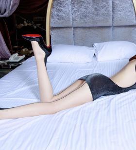 长腿欧洲美女腿模Stephy黑色透视装大胆诱惑写真图片