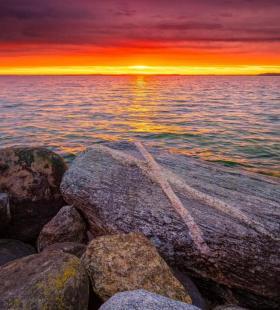 在海边等待夕阳降临的风景手机壁纸图片