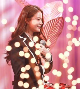 孙珍妮甜美俏皮舞台照图片