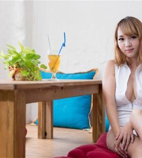 大胸泳装美女黄镫娴性感造型高清手机壁纸图片