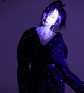 张靓颖紫色光影梦幻写真图片