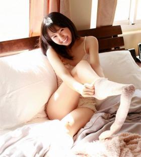 日本90后写真美女小池里奈床上销魂身姿诱人写真图片