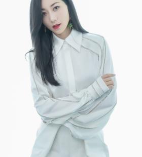 韩雪白色套装优雅写真图片