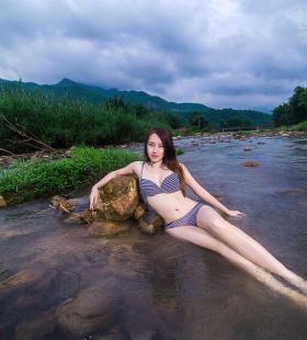 小溪中的性感内衣模特紫婷高清唯美桌面壁纸图片
