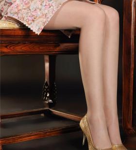 丽柜模特小唐丝袜高跟鞋秀玉足图写真图片