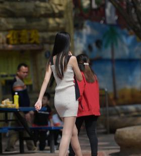 模特腿腿《妈妈,那个姐姐有冰淇淋4》[一千零一夜IESS]美腿丝足集写真图片