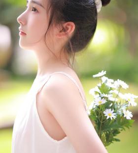吊带裙美女白嫩养眼写真图片