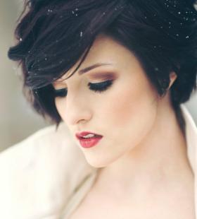 漂亮伤感的短发欧美美女桌面壁纸图片
