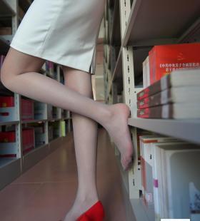 [一千零一夜IESS]模特草莓《新来的实习老师2》美腿丝足集写真图片