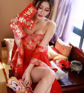 发红包的性感美妇王乔恩红色抹胸短裙妩媚撩人私房写真