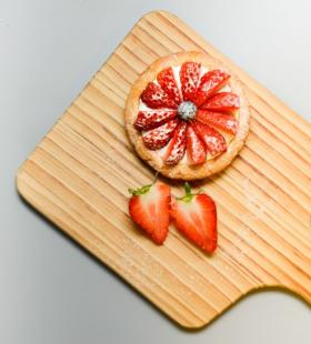 简易自制的草莓披萨高清美食壁纸图片