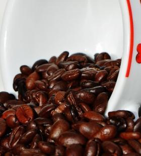 倒在杯子里的咖啡豆高清电脑桌面壁纸图片