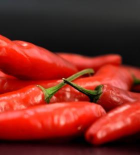 红色鲜艳的辣椒高清桌面壁纸图片大全