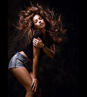 舞动头发的性感女孩魅力高清桌面背景壁纸图片