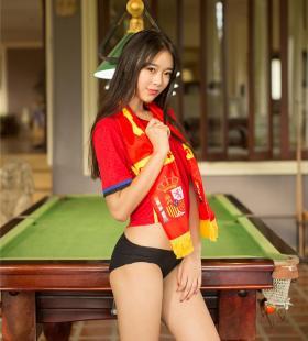 不穿裤子的性感美少女可乐Vicky诱人身材高清户外写真图片