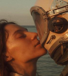 日式复古小清新情侣海边创意意境高清手机壁纸图片