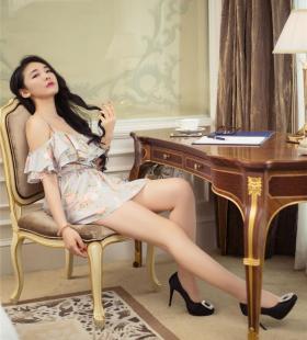 头条女神气质美女珊珊美腿高跟鞋写真图片