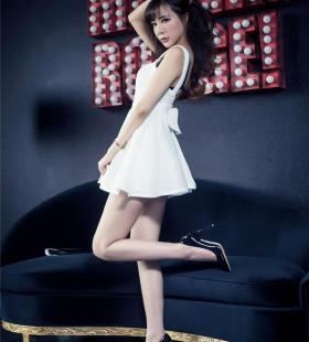 超短裙美女胡宴绮美腿高跟鞋写真图片