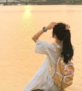 欣赏海边落日的温柔女生背影唯美意境头像图片