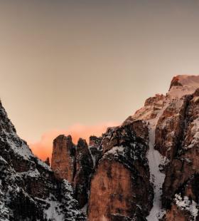 高清唯美的巍峨雪山冬日风景桌面图片壁纸