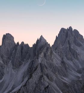 阿尔卑斯山上的一轮弯月唯美浪漫风景手机壁纸图片
