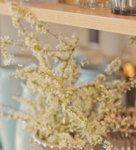 花瓶里的白色花朵唯美清新静物手机壁纸图片