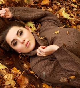 躺在地上感受秋天落叶的欧美美女桌面背景壁纸